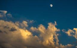 Belle lever de la lune de coucher du soleil nuageux Photographie stock libre de droits