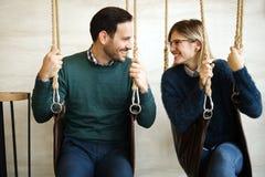 Belle liaison de couples tandis que dans l'oscillation Photos stock
