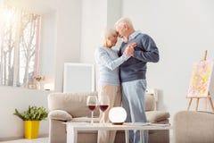 Belle liaison pluse âgé de couples tout en dansant Photos libres de droits