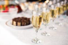 Belle ligne de différents cocktails colorés d'alcool avec de la fumée sur une fête de Noël, une tequila, un martini, une vodka, e Photo stock