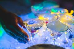 Belle ligne de différents cocktails colorés d'alcool avec de la fumée sur une fête de Noël, une tequila, un martini, une vodka, e Image libre de droits