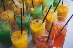 Belle ligne de différents cocktails colorés d'alcool avec de la fumée sur une fête de Noël, une tequila, un martini, une vodka, e Photos stock