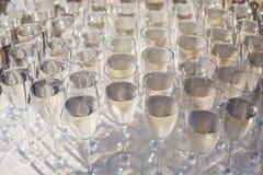 Belle ligne de différents cocktails colorés d'alcool avec de la fumée sur une fête de Noël, une tequila, un martini, une vodka, e Images stock