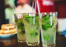 Belle ligne de différents cocktails colorés d'alcool avec de la fumée sur une fête de Noël, une tequila, un martini, une vodka, e Image stock