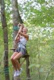 Belle ligne de fermeture éclair d'équitation de femme dans la forêt image stock