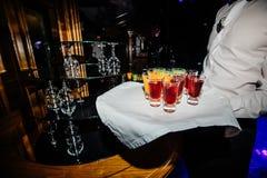 Belle ligne de rangée de différents cocktails colorés d'alcool sur un p Images stock