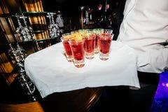 Belle ligne de rangée de différents cocktails colorés d'alcool sur un p Photos libres de droits