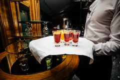 Belle ligne de rangée de différents cocktails colorés d'alcool sur un p Photos stock