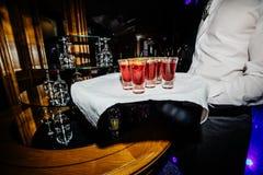 Belle ligne de rangée de différents cocktails colorés d'alcool sur un p Image stock