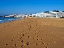 Belle Long Beach dans Albufeira au Portugal images stock