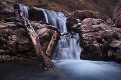 Belle longue cascade d'exposition avec des roches en Bavière d'Obersdorf images stock