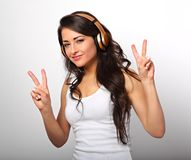 Belle longue jeune femme heureuse de cheveux dans le listeni de vêtements décontractés Images stock