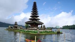 Belle longueur de temple d'Ulun Danu Bratan banque de vidéos