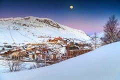 Belle luce della luna e stazione sciistica nelle alpi francesi, Europa Immagini Stock Libere da Diritti