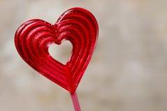 Belle lucette rouge dans la forme de coeur. Symbole de l'amour doux Photos stock