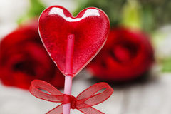 Belle lucette rouge dans la forme de coeur. Symbole de l'amour doux Photographie stock