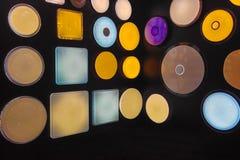 Belle luci della parete su una parete nera fotografie stock libere da diritti