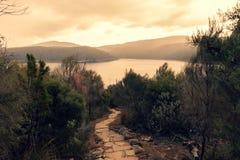 Belle lumière au-dessus de baie de Fortescue, Tasmanie images stock