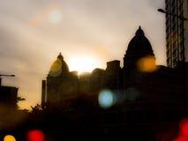 Belle lumière de coucher du soleil et silhouette fraîche de bâtiment Photographie stock libre de droits