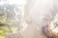 Belle lumière de femme au printemps images stock