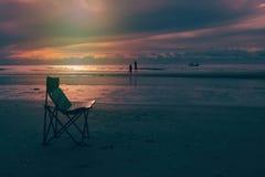 Belle lumière du soleil de matin sur la plage et la silhouette du coupl Photos stock