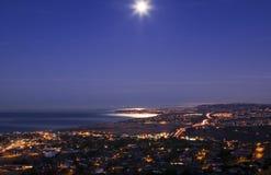 Belle lune réglée au-dessus de Dana Point Photos libres de droits