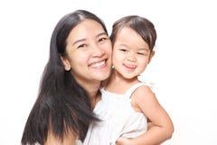 Belle mère asiatique et bébé adorable étreignant avec l'amour et bonheur Photographie stock libre de droits