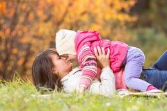 Belle mère avec la fille d'enfant dehors en automne Photographie stock