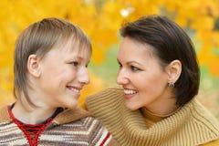 Belle mère avec le fils en parc Photo libre de droits