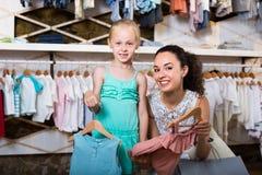 Belle mère avec les enfants de achat de fille vêtements Photographie stock