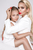 Belle mère de femme avec la fille se blottissant ensemble et amour d'exposition Photographie stock