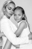 Belle mère de femme avec la fille se blottissant ensemble et amour d'exposition Photo stock