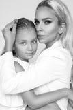 Belle mère de femme avec la fille se blottissant ensemble et amour d'exposition Image stock