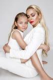 Belle mère de femme avec la fille se blottissant ensemble et amour d'exposition Photographie stock libre de droits