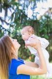 Belle mère et bébé extérieurs Images stock