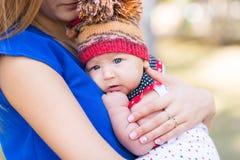 Belle mère et bébé extérieurs Photos stock