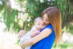 Belle mère et bébé extérieurs Photo stock