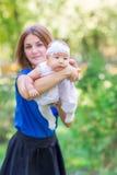 Belle mère et bébé extérieurs Image libre de droits