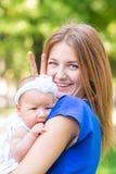 Belle mère et bébé extérieurs Photographie stock