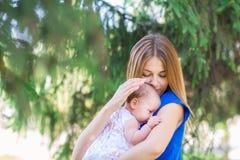 Belle mère et bébé extérieurs Photo libre de droits