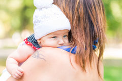 Belle mère et bébé extérieurs Images libres de droits