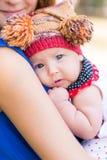 Belle mère et bébé extérieurs Image stock