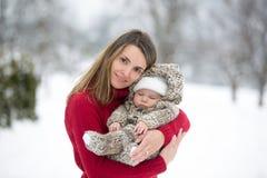 Belle mère et bébé garçon mignon dans l'onesie tricoté, ayant tak image stock