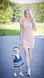 Belle mère et fille de cheveux blonds Image libre de droits