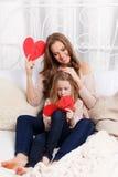 Belle mère et fille faisant des cartes de voeux Images libres de droits