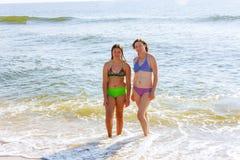 belle mère et fille se reposant sur l'océan Photographie stock libre de droits