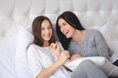 Belle mère et sa fille mignonne se parlant Image stock