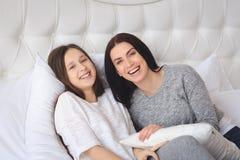 Belle mère et sa fille mignonne se parlant Image libre de droits