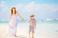 Belle mère heureuse dans la longue robe blanche Photographie stock libre de droits