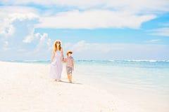 Belle mère heureuse dans la longue robe blanche photo libre de droits